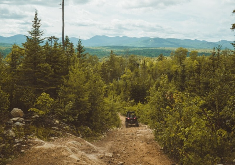 guests-driving-Polaris-RZR-down-a-rocky-trail-through-forested-area-overlooking-Appalachian-mountains1