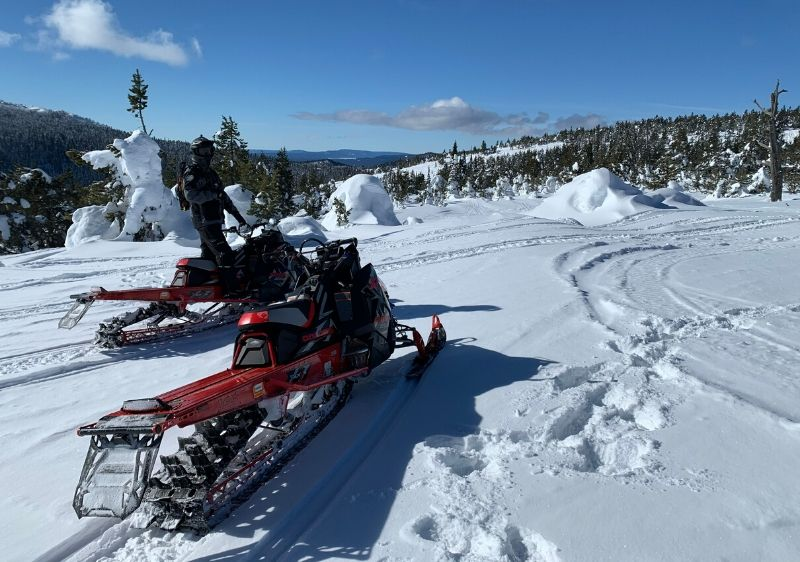guests-and-Polaris-snowmobiles