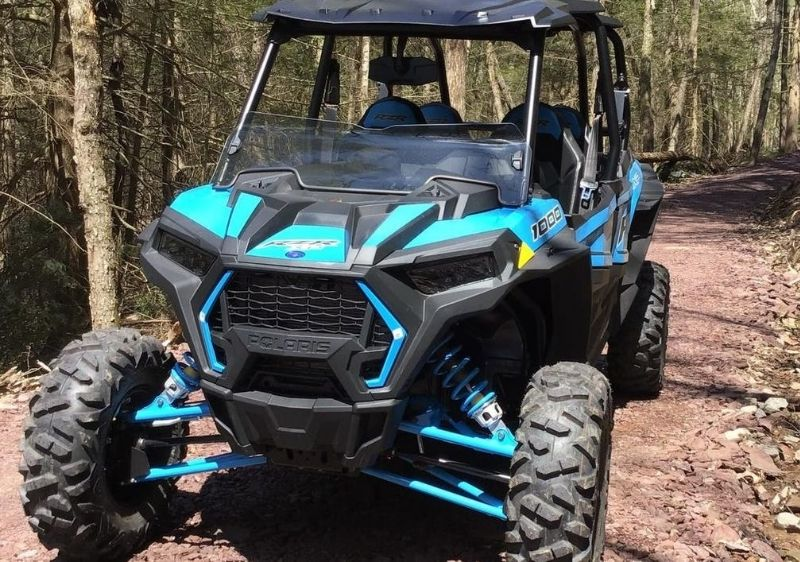 Polaris-RZR-driving-on-a-rocky-mountain-road