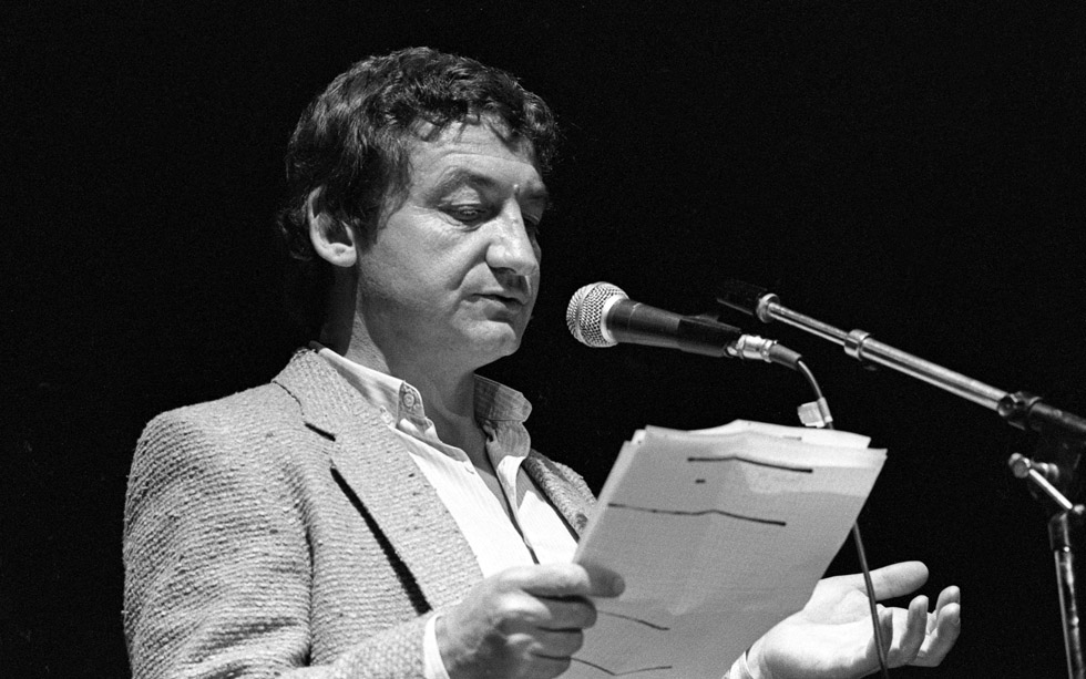 Pierre Desproges lors du gala donné au Zénith au profit d'Amnesty International contre la torture le 18 mai 1984.