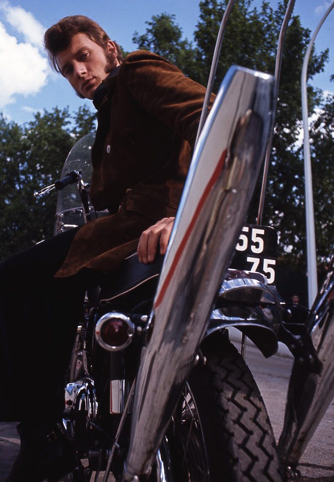 Johnny Hallyday et sa Norton Atlas 750 en 1966.